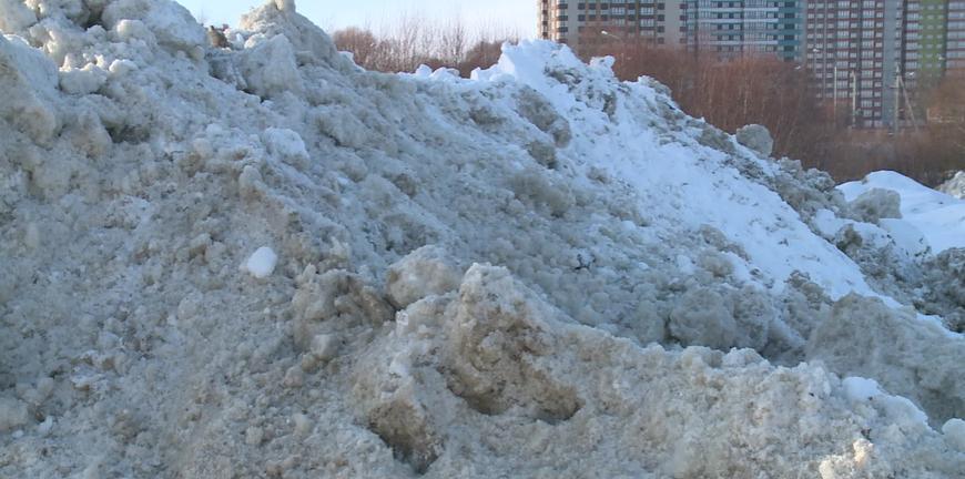 Снег сгребли, но не вывезли. Почему спецмашины не доезжают до полигона?