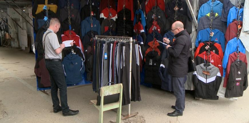 Полицейские проверили рынки на контрафакт
