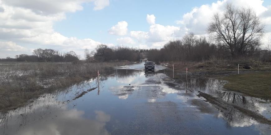 Из-за паводка подтопило часть дороги к селу Дудкино
